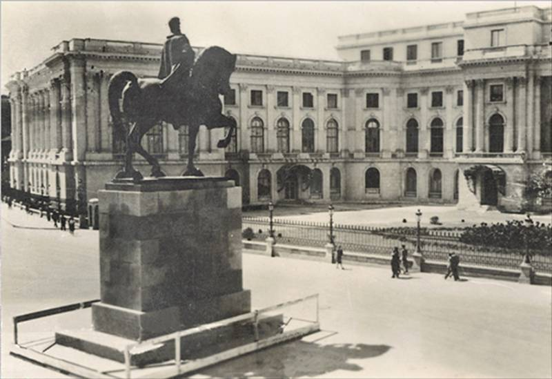 45. P-ta Palatului, statuia - Regele Carol I