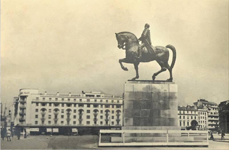46. P-ta Palatului, statuia - Regele Carol I