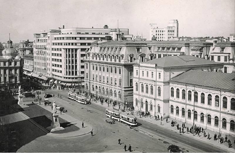 76. P-ta Academiei (Universitatii). Statuile lui Gheorghe Lazar