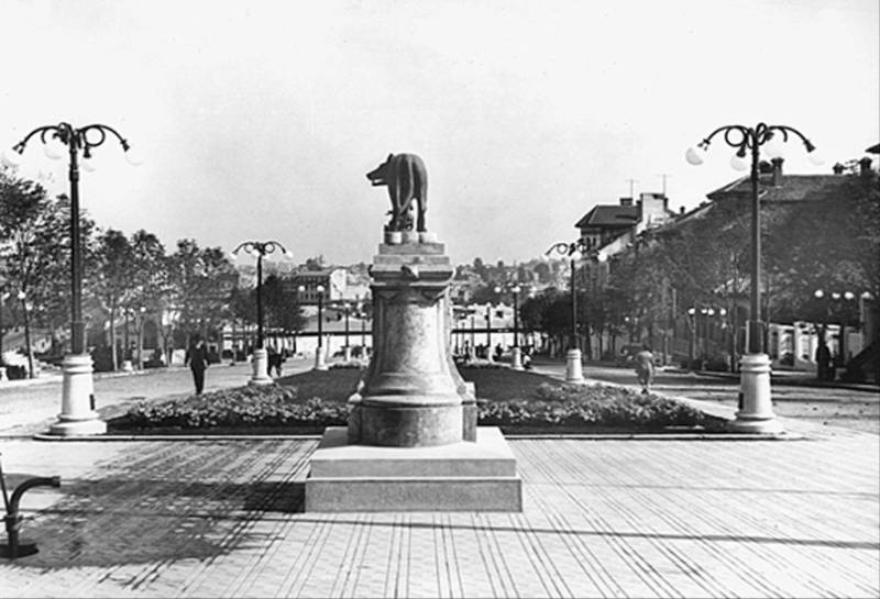 82. Statuia Lupoaicei pe Dealul Mitropoliei
