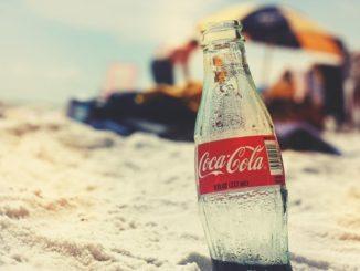 sticla Coca Cola pe plaja