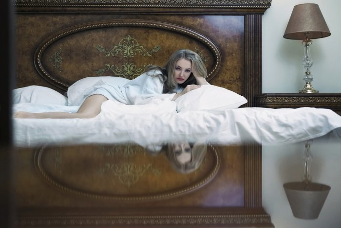 blonda in pat dezbracata