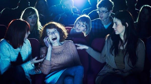 telefon in sala de teatru